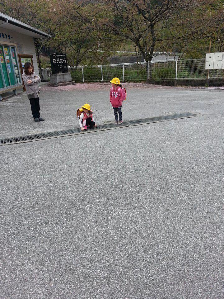 通学のバスを待つ二人