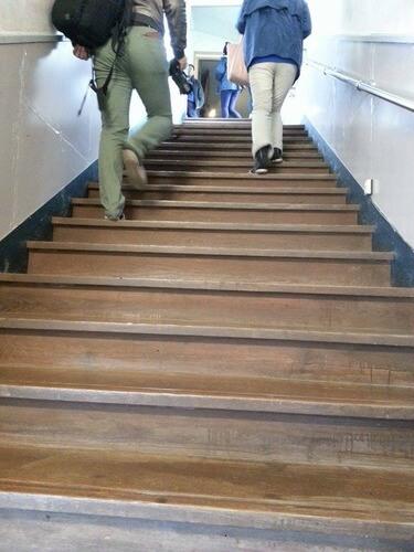 みどりの時計台 旧川口小学校 玄関入ってすぐ階段