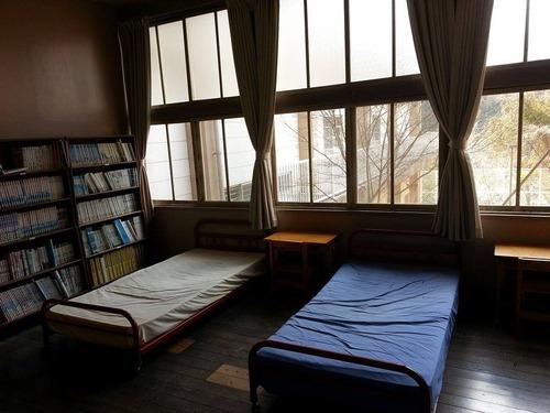 みどりの時計台 旧川口小学校 教室 ベッド部屋