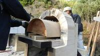 ピザ窯の枠の周りにレンガを積んでいく