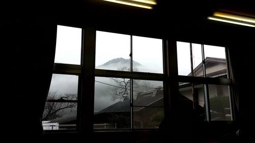 真っ白な霧と雲の間から現れた山