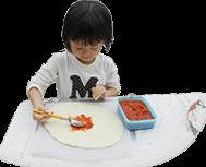 ピザを作る女の子