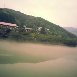霧に包まれて神秘的な平山
